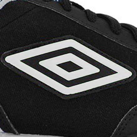 Primer plano del logo de Umbro en una zapatilla de fútbol sala