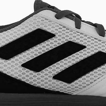 Primer plano del logo de adidas en una zapatilla de fútbol sala