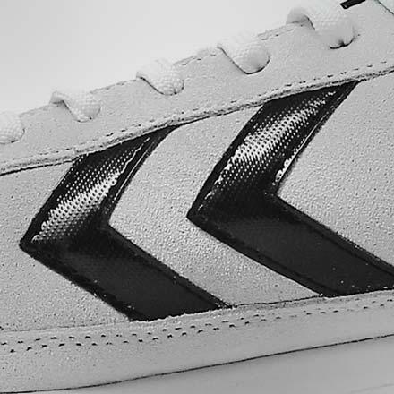 Primer plano del logo de Hummel en una zapatilla de fútbol sala