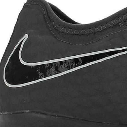 Primer plano del logo de Nike en una zapatilla de fútbol sala