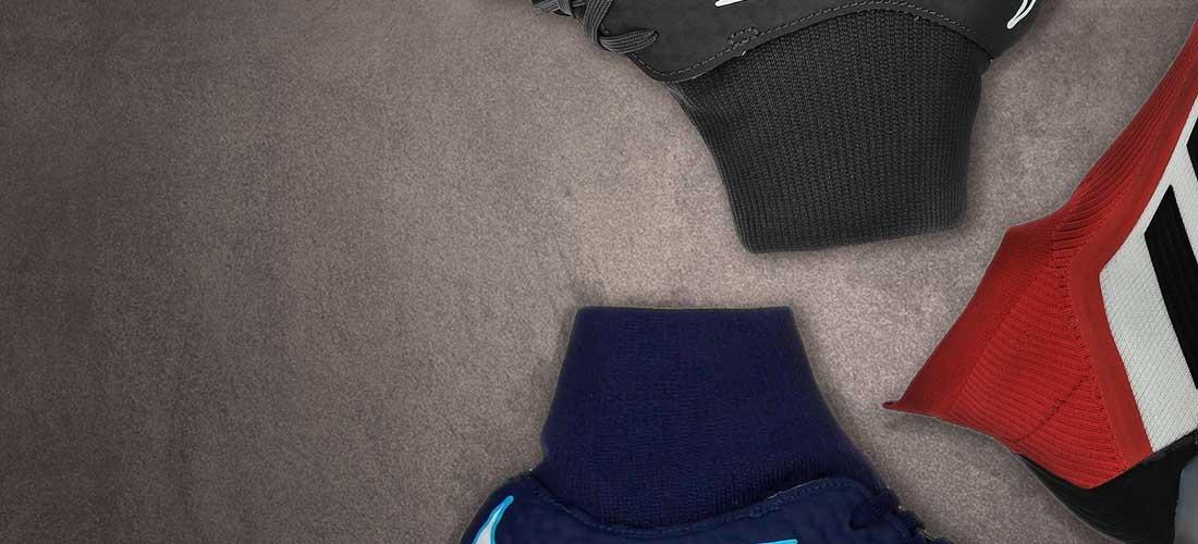 Primer plano de la zona del calcetín de tres zapatillas de fútbol sala con tobillera